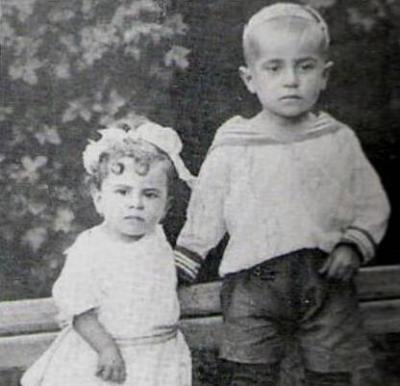 Маленький Султан с сестрёнкой